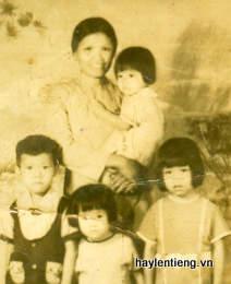 Ảnh 4 mẹ con chụp trước năm 1975 ( Phương Thu đứng giữa)