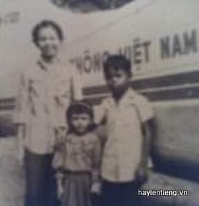Em Đỗ Như Hân (giữa) chụp cùng mẹ và anh
